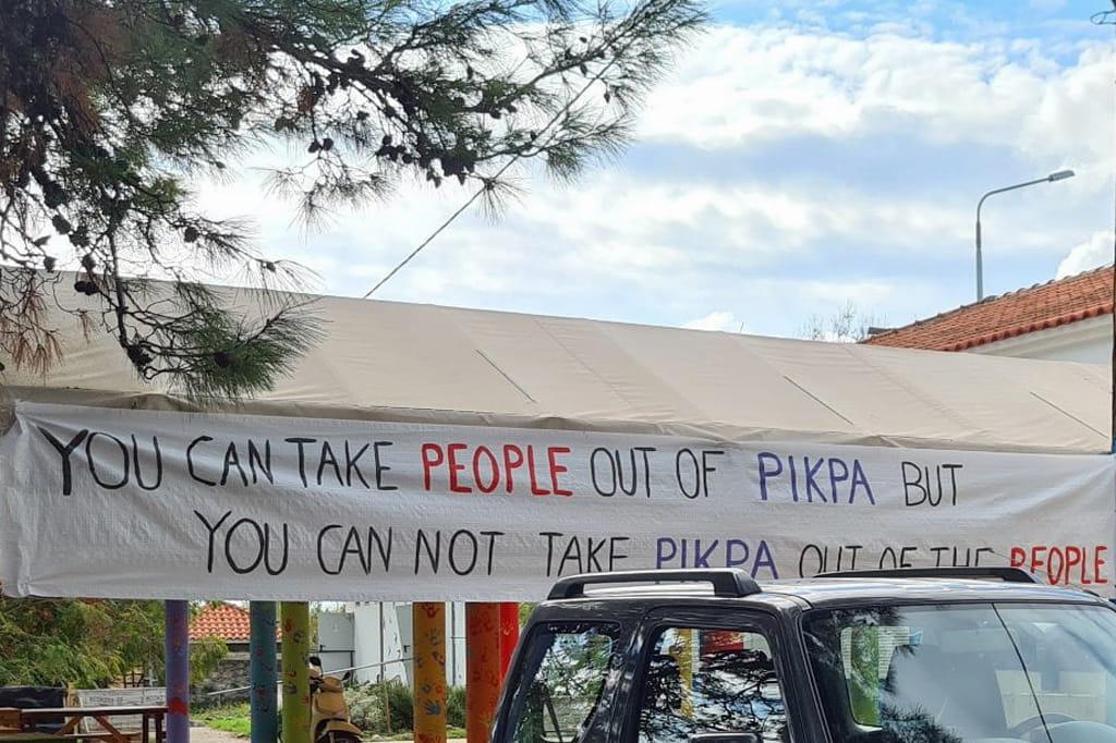 """Ein Foto eines handgemalten Transparents mit der Aufschrift """"You can take people out of Pikpa, but cou can not take Pikpa out of the people."""""""